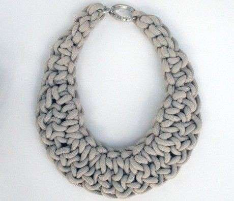 collar-de-trapillo-en-color-gris